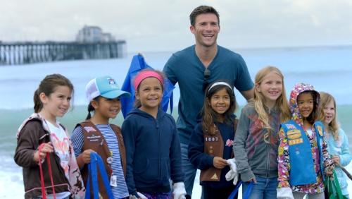 Scott Eastwood and volunteer kids (PRNewsFoto/Coty Inc.)